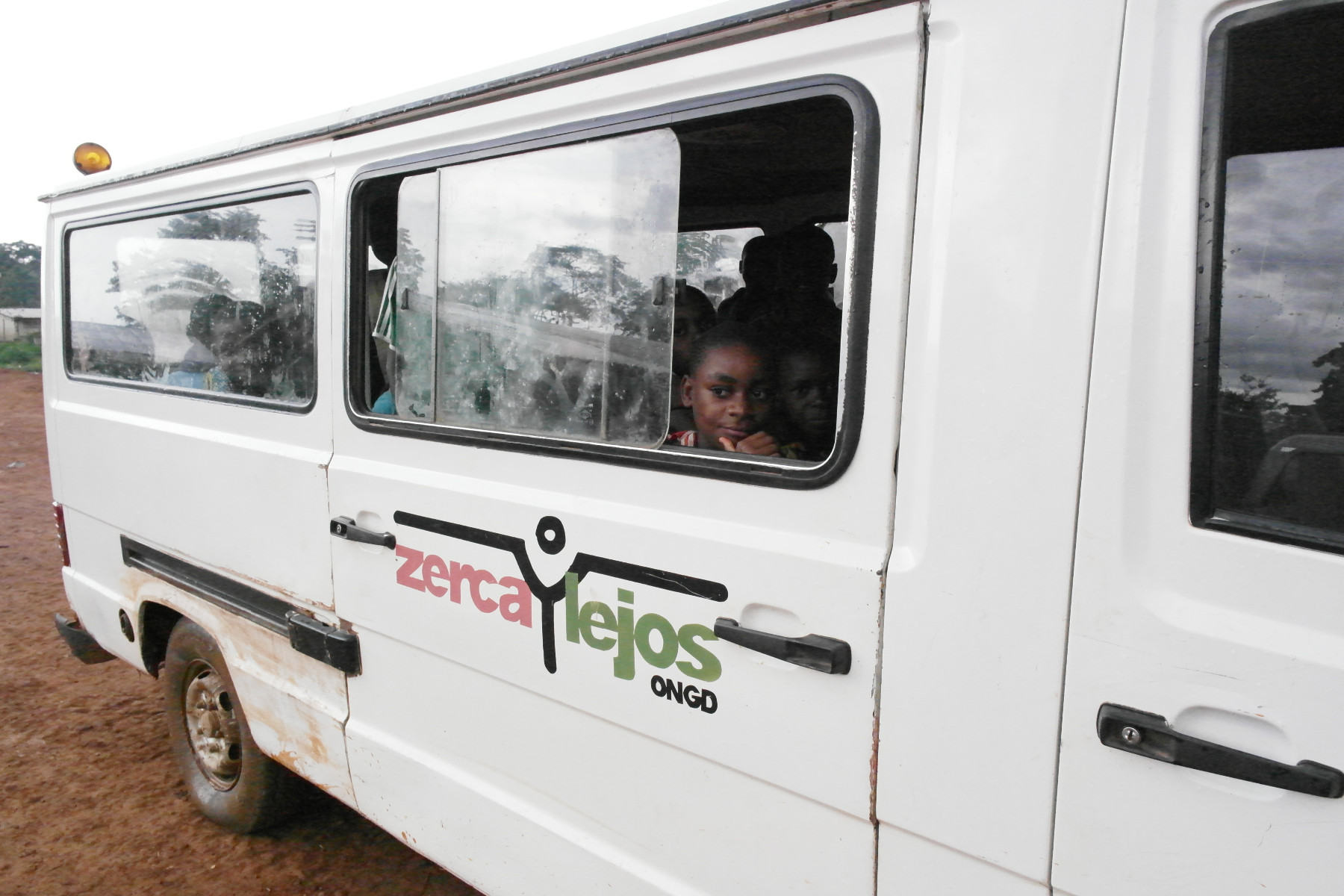 autobus escolar para niños pigmeos